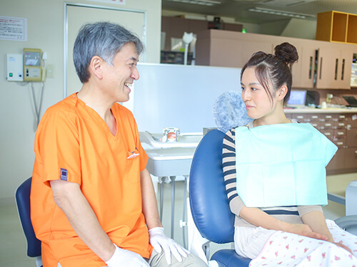 鈴木歯科クリニック 院長 鈴木喜之 患者様と会話中