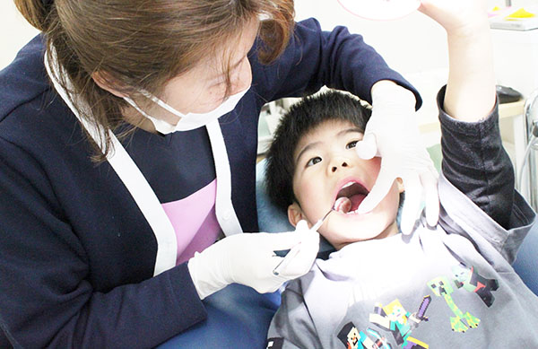 鈴木歯科クリニックのスタッフと子ども